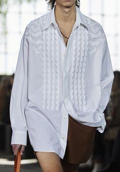 Blusen-Trends vom Runway: Diese Modelle trägt man im Sommer 2021 Fashion Updates, Fashion News, Fashion Show, Fashion Trends, Valentino, Indian Designer Wear, Mode Inspiration, Mannequins, Vogue Paris