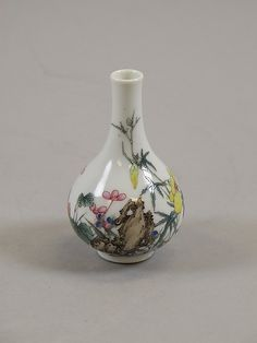 Miniature Vase, Qing dynasty (1644–1911), Qianlong period (1736–95). China. Porcelain with Polychrome enamels. The Metropolitan Museum of Art, New York.