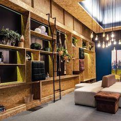"""442 curtidas, 6 comentários - Morar Mais por menos (@morarmaispormenos) no Instagram: """"Soluções econômicas e customizadas estão com tudo na pauta do dia. A estante feita com um material…"""" Shelving, Divider, Instagram, Room, Furniture, Home Decor, Sustainability, Arquitetura, Lamb"""