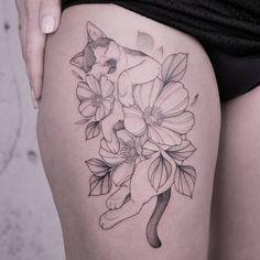 Kims cat sleeping between flowers 🌸🖤 made in Hamburg Flower Tattoos, Cute Tattoos, Beautiful Tattoos, Body Art Tattoos, Small Tattoos, Foot Tattoos, Stomach Tattoos, Music Tattoos, Tattoo Gato