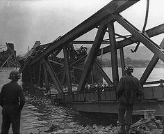 Le pont Ludendorff peu après l'effondrement à Remagen en Allemagne, le 17 mars 1945.