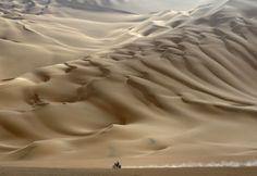 PERU.Un solitario motociclista viaja por el desierto durante la 11 ª etapa del Dakar 2012 en Arequipa, Perú