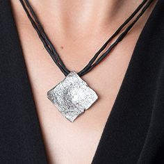 Square pendant made of sterling silver with a rhodium plate.Matte finish with diamond efect. Dog Tags, Dog Tag Necklace, Barcelona, Sterling Silver, Diamond, Pendant, Jewelry, Silverware Jewelry, Pendants