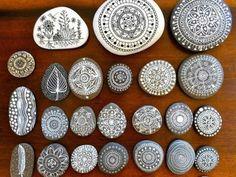 des-galets-peints-en-blanc-motifs-floraux-et-naturels-idee-d-activité-créative-adulte-petits-amulettes