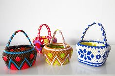 hama bead baskets - no instructions Bags Online Shopping, Online Bags, Beaded Purses, Beaded Jewelry, Bead Crafts, Jewelry Crafts, Jewelry Ideas, Brick Stitch, Bead Art