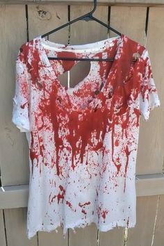 11 Halloween Costumes for Girls Who Are Lazy AF The lazy girl's guide to an easy Halloween costume. Halloween 2018, Diy Deco Halloween, Bloody Halloween, Halloween Shirt, Family Halloween, Halloween Christmas, Halloween Night, Diy Zombie Kostüm, Costume Makeup