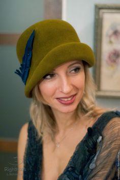 """Купить """"Консуэло"""" - хаки, зеленый, оливковый, синее перо, синяя птица, клош, шляпка"""
