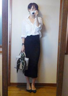 モコーデ: ユニクロニットスカートと白シャツのシンプルコーデにメゾン・ド・ベージュのスカーフ 9月1日