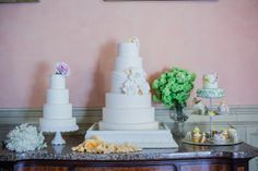 Cakes Table #tuscanywedding #confetti #weddingplanner #biancobouquet