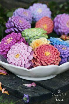 Bring mit diesen Bastel Ideen die Schönheit des Frühlings rein in dein Heim - Zinnien aus Tannenzapfen