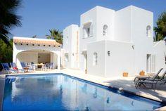 Schöne typische Ibiza-Villa, lichtdurchflutet mit überdachten Terrassen und einem großen Garten mit Rasen