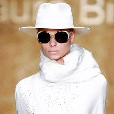 Un saluto e un grazie a Laura Biagiotti per lo stile e la signorilità con i quali ha lasciato un segno indelebile nella storia della moda.  #laurabiagiotti #moda #altamoda #style #fashion #art #fashiondesigner #l4l #like4like #likeforlike #lost #hat #white