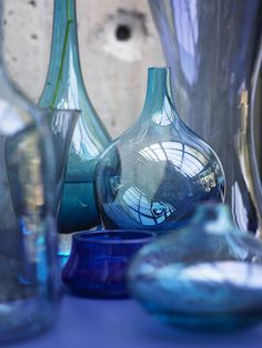 Colored glass bottles in the perfect shades of blue. Vase Transparent, Color Menta, Bleu Cobalt, Blue Green, Blue And White, Color Blue, Colour Combo, Interior Design Photography, Himmelblau