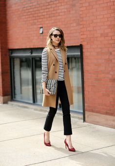 sleeveless trench with long sleeves Long Vest Outfit, Vest Outfits, Casual Outfits, Cute Outfits, Fashion Outfits, Fashion Trends, Sleeveless Trench Coat, Sleeveless Jacket, Sleeveless Blazer Outfit