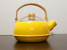 tea kettle: yellow and metal Teapots Unique, Vintage Teapots, Oranges And Lemons, Mellow Yellow, Bright Yellow, Tea Art, Best Tea, Tea Service, Retro Vintage