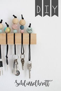 Wonderful Free of Charge Ceramics Pottery diy Ideas DIY Schluesselbrett Holz Holzkugeln Schluesselanhaenger Jules kleines Freudenhaus Wooden Crafts, Wooden Diy, Diy Wood, Diy Tableau, Diy Pinterest, Ideias Diy, Diy Invitations, Diy Home Crafts, Easy Crafts