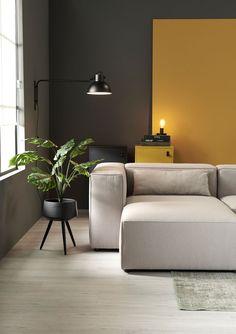 sala moderna com parede cinza e mostarda