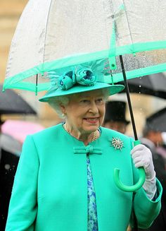 Queen Elizabeth II shelters from the rain under an umbrella while hosting a garden party in the gardens at Buckingham Palace on July 19 2011 in. Queen Hat, Queen Outfit, Reign, Kate Middleton Queen, God Save The Queen, Green Queen, Commonwealth, Estilo Real, Royal Queen