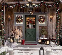 Decoración navideña rústica para la puerta de entrada