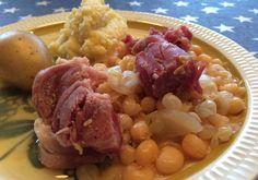 Erter, kjøtt og flesk er en skikkelig rotnorsk klassiker: Saftige gule erter og deilig salt svinekjøtt servert med frisk kålrotstappe. Nammis! Frisk, Grains, Chicken, Meat, Dinner, Kitchen, Food, Dining, Cooking