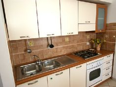 Ferienwohnung: Casa Caramico - Gut ausgestattete Küche mit Backofen, Gasherd und Kühlschrank mit Gefrierfach. - www.cilento-ferien.de