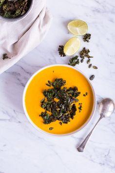 Meine Lieblings-Kürbissuppe mit Grünkohl-Chips - vegan, glutenfrei, ohne raffinierten Zucker, gesund - de.heavenlynnhealthy.com