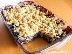 """""""Havrepai med blåbær"""" er en veldig enkel kake som er svært lettvint å lage. Overraskelsen var derfor stor da dette viste seg å bli den store slageren i et selskap med 60 gjester og 15 andre kaker! Flere spurte om oppskriften, som er så enkel at jeg nesten syntes det var pinlig å gi den:-)"""