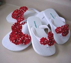 Mommy and Me Look A Like White Flip Flops with Red and White Polka Dot Yo Yos and Ribbons The girls are getting these for our next trip! Flip Flops Diy, Flip Flop Art, Crochet Flip Flops, Bling Flip Flops, White Flip Flops, Flip Flop Shoes, Decorating Flip Flops, Flipflops, Crochet Shoes
