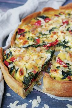Quiche met spinazie en geitenkaas by DeeDeeBean Quiche Lorraine, Delicious Dinner Recipes, Good Healthy Recipes, Pizza Recipes, Veggie Recipes, Seafood Pizza, Quiches, Luxury Food, Good Food