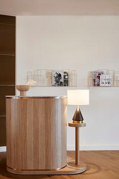 Rydges Geelong - IDEA 2020 Hotel Reception Desk, Reception Desk Design, Counter Design, Bar Counter, Sofa Furniture, Furniture Design, Architecture Restaurant, Salon Interior Design, 3d Max
