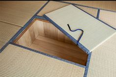 Japanese Tatami living corner with storage under the Tatami .- Japanese Tatami living corner with storage under the Tatami (Sunken storage) Cultural Architecture, House Architecture, Modern Japanese Architecture, Hidden Storage, Small Storage, Storage Spaces, Storage Area, Office Storage, Storage Boxes