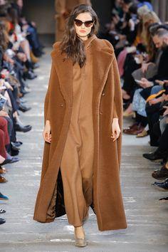 The complete Max Mara Fall 2017 Ready-to-Wear fashion show now on Vogue Runway. Moda Fashion, Fashion 2017, Runway Fashion, High Fashion, Fashion Show, Womens Fashion, Fashion Design, Fashion Trends, Max Mara