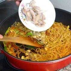 Chinesisch gebratene Nudeln mit Hühnchenfleisch, Ei und Gemüse, ein raffiniertes Rezept aus der Kategorie Studentenküche. Bewertungen: 172. Durchschnitt: Ø 4,5.
