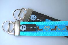...ein Schlüsselband oder auch Schlüsselanhänger mit Hund auf türkisem Gurtband...
