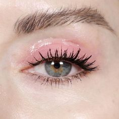 glossy pink eyeshadow, mascara, natural eyebrows, eyebrows inspiration