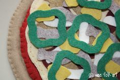 Felt pizza template for base, sauce, cheese and toppings! From Wee folk art Crafts For Kids To Make, Projects For Kids, Felt Diy, Felt Crafts, Sewing Toys, Sewing Crafts, Kids Play Food, Felt Pizza, Homemade Toys