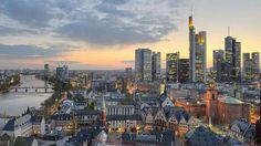 4. Frankfurt am Main-Im Zentrum des Landes macht die Main-Metropole Frankfurt eine gute Figur. Die Stadt hat eine Attraktion zu bieten, die die anderen nicht haben: Wolkenkratzer und eine dementsprechend eindrucksvolle Skyline. Deswegen gibt es auch spezielle Touren, die Besuchern den Einblick in einige der Hochhäuser ermöglichen. Traditionell essen können City-Urlauber zum Beispiel in Alt-Sachsenhausen.