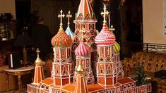 BASIL'S CATHEDRAL Pastry chef Troman Felizmenio created a gingerbread masterpiece when he brought the iconic St. Basil's Cathedral to life in 2009 at the Ritz-Carlton Moscow. Christmas Gingerbread House, Christmas Cookies, Gingerbread Houses, Gingerbread Cookies, Food Sculpture, Sculptures, Little Christmas, Christmas Time, Vintage Christmas