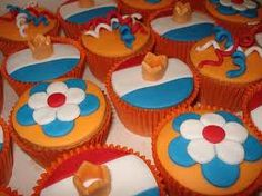 """koninginnedag cakejes - Dutch """"orange"""" cupcakes - I think the instructions are in Dutch, but cute idea just looking at the photo"""