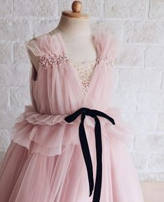 un vestito rosa 🌸 Girls Holiday Dresses, Gowns For Girls, Wedding Dresses For Girls, Little Girl Dresses, Girls Dresses, Toddler Fashion, Kids Fashion, Dress Anak, Baby Couture