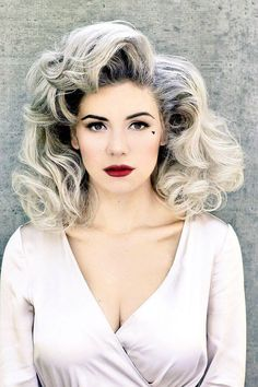 Marina Diamandis coiffure mi longue avec volume - new site Permed Hairstyles, Bride Hairstyles, Vintage Hairstyles, Full Hair, Big Hair, Bouffant Hair, Hot Rollers, Medium Curly, Marina And The Diamonds