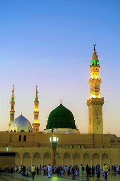 the minarets madina al munawwarah masjid nabawi moment Islamic Wallpaper Hd, Mecca Wallpaper, Hd Wallpaper 4k, Islamic Images, Islamic Pictures, Islamic Art, Islamic Sites, Beautiful Mosques, Beautiful Places