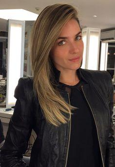 Monique Alfradique está de volta ao loiro depois de poucos meses como morena. Nossa profissional Rosângela Araújo foi a responsável pela transformação.