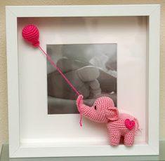 CFM Crochet : Marcos para bebés Crochet Wall Art, Crochet Box, Crochet Gifts, Crochet Bear Patterns, Crochet Elephant, Holiday Crochet, Handmade Decorations, Baby Knitting, Crochet Projects