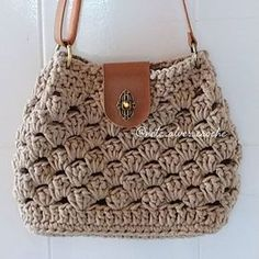 The rope to be used for making knitting bags varies according to the mesh bag models. Whether acrylic, combed, ribbon, cotton rope or crochet knitting bag Crochet Shell Stitch, Crochet Tote, Crochet Handbags, Crochet Purses, Knit Crochet, Chunky Crochet, Crochet Designs, Crochet Patterns, Granny Square Bag