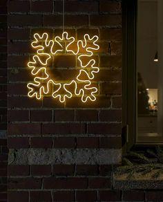 Fin LED silhuett fra Konstsmide med ropelight i form av et snøfnugg festet på metallramme. Veggdekorasjonen er 47 cm bred og har 384 varmhvite LED. Heng den på husveggen og sett stemningen for vinteren!