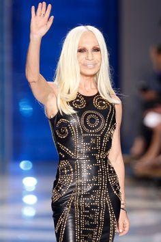 Donatella Versace ha cinquanta nove anni. Lei ha capelli lunghi e bionde. Indossa vestita nera. Lei é bella e famosa. Ha occhi marroni.