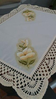 Compre toalha de bandeja no Elo7 por R$ 40,00 | Encontre mais produtos de Cozinha e Casa parcelando em até 12 vezes | 1 toalha de bandeja, pode ser usada em cima do microondas,ou em uma mesa pequena. Tecido Oxford, cor creme, pintada e com bico de crochê. Medidas: 65 cm comprimento 49..., 954AAA