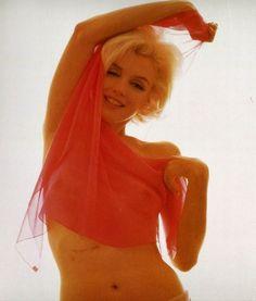 Marilyn Monroe by Bert Stern.love Marilyn esp before photoshop! Bert Stern, Marilyn Monroe, Milton Greene, Divas, Most Beautiful Women, Beautiful People, Stunningly Beautiful, Pink Scarves, Ann Margret