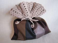 縞模様の絹の着物地に、ピンクベージュの糸でふち編みをし、巾着を作りました。手触りがさらっとした糸で、松編みでたっぷりふちを編んでもとても軽いです。|ハンドメイド、手作り、手仕事品の通販・販売・購入ならCreema。